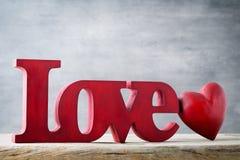 Amour Message de l'amour avec les lettres en bois rouges Image libre de droits