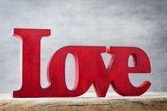 Amour Message de l'amour avec les lettres en bois rouges Photo libre de droits