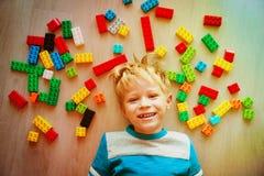 Amour mignon de petit garçon jouant avec les blocs en plastique Photographie stock libre de droits