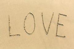 AMOUR - mot dessiné sur la plage de sable Amour Images libres de droits