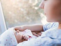 Amour nouveau-né de bébé d'unité de mère Image stock