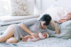 Amour nouveau-né de bébé d'unité de mère Images libres de droits