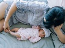 Amour nouveau-né de bébé d'unité de mère Photographie stock