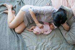 Amour nouveau-né de bébé d'unité de mère Photo stock