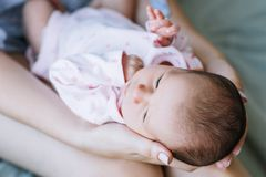 Amour nouveau-né de bébé d'unité de mère Image libre de droits