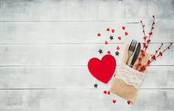 Amour ou concept de jour de valentines avec des couverts de vintage, roses rouges Photographie stock libre de droits