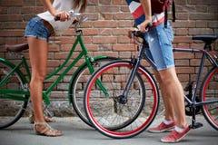 Amour parmi des bicyclettes Photo libre de droits