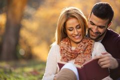 Amour passionné en parc d'automne Un jeune couple photo stock