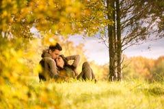 Amour passionné sous l'arbre  Photo libre de droits