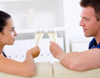 amour potable de couples de champagne Photos libres de droits
