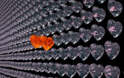Amour pour des couples : deux diamants rouges de coeur parmi le gris ceux Photographie stock libre de droits