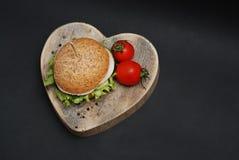 Amour pour les aliments de préparation rapide Hamburger avec du fromage, viande, concombres, oignons Fond noir Vue supérieure L'e Photo stock