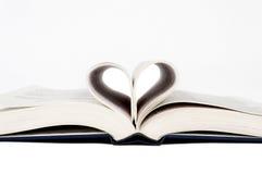 Amour pour lire la forme de coeur dans le livre Photo libre de droits