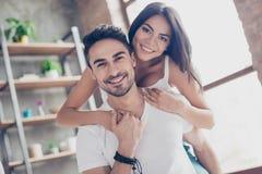 Amour pour toujours Les beaux couples de jeunes amants hispaniques sont hugg Photo libre de droits
