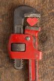 Amour préoccupé : Coeur rouge serré par la clé Image stock