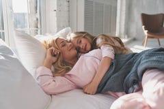 Amour pur La mère et la fille dans la nuit portent l'embrassement et le smili Photo stock