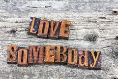 Amour quelqu'un type d'impression typographique de déclaration Images libres de droits