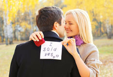Amour, relations, concept de fiançailles et de mariage - l'homme propose une femme pour se marier, anneau rouge de boîte, couple  photos stock