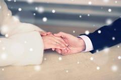 Amour, relations et concept de date - les couples dans le restaurant, équipent tiennent doucement la main d'une femme Photos stock