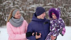Amour, relations, saison, amitié et concept de personnes - groupe d'hommes et de femmes de sourire ayant l'amusement et jouant av clips vidéos
