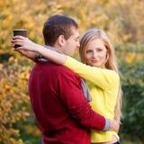 Amour, relations, saison, amitié et concept de personnes - homme heureux et femme appréciant l'automne d'or d'automne avec le cof Photos stock