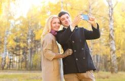 Amour, relations, saison, technologie et concept de personnes - couple Images stock