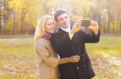Amour, relations, technologie et concept de personnes - couple heureux Photos libres de droits