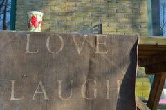 Amour, rire imprimé sur une serviette photos stock