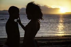Amour romantique de couples de sillhouette Photos libres de droits