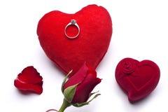 Amour Roses rouges, une bague de fiançailles et coeur Image libre de droits