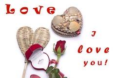 Amour Roses rouges, une bague de fiançailles et coeur Photos libres de droits