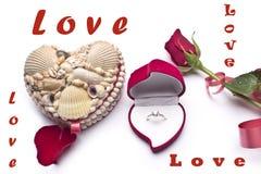Amour Roses rouges, une bague de fiançailles et coeur Images stock