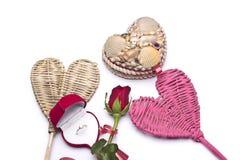 Amour Roses rouges, une bague de fiançailles et coeur Photos stock