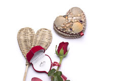 Amour Roses rouges, une bague de fiançailles et coeur Photo stock