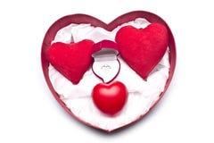 Amour Roses rouges, une bague de fiançailles et coeur Image stock