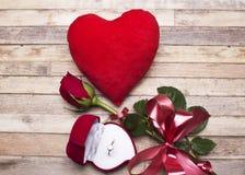 Amour Roses rouges, une bague de fiançailles et coeur Photo libre de droits