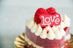 Amour rouge de lettre de décoration de gâteau de velours Photographie stock