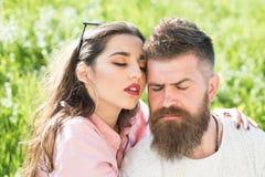 Amour sans fin E Homme barbu d'étreinte sensuelle de femme sur le pré d'été Perdu dans l'amour et la passion Couples dans l'amour Image stock