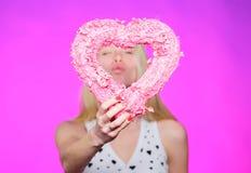 Amour sans fin Partie de jour de valentines Amour et romance femme avec le coeur décoratif datte Salutation romantique valentines photographie stock libre de droits