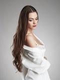 amour sensuel avec une fille sexy Jeune femme avec le long cheveu Photographie stock
