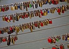 Amour-serrures sur un pont à Bamberg, Allemagne Photographie stock libre de droits