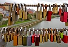 Amour-serrures sur un pont à Bamberg, Allemagne Photos libres de droits