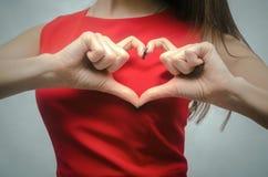 Amour Signe de main de forme de coeur Photos libres de droits