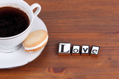 Amour Sur la tasse de café en bois de table, biscuit Photo stock