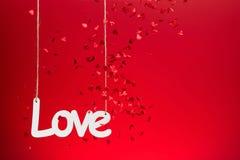 Amour sur le fond rouge avec des confettis Image libre de droits