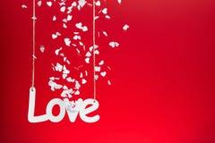 Amour sur le fond rouge avec des confettis Photos libres de droits