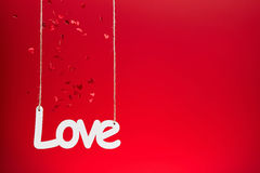 Amour sur le fond rouge avec des confettis Photo libre de droits