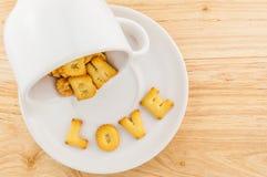Amour - tasse de café avec le biscuit de lettre Photos stock