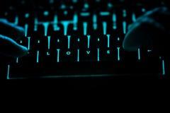 Amour - texte sur le clavier d'ordinateur lumineux la nuit Photos libres de droits