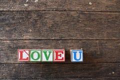 Amour U dans les caractères gras en bois Photo libre de droits